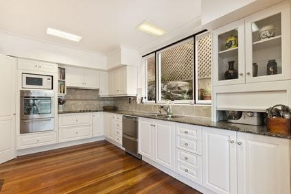 רצפת פרקט במטבח לבן