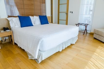 חדר שינה עם פרקט עץ
